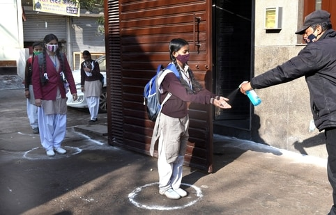 Delhi government allowed in-person lessons in January this year for students due to appear in the Class 10 and 12 board exams, as well for remedial and practical lessons for students in classes 9 to 12, this was cut short as the fourth wave of infections began to spread in the city.(HT Photo)