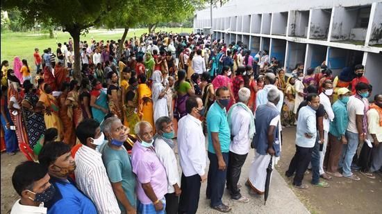 Beneficiaries in a queue for Covid-19 vaccination at Danapur Kendriya Vidyalaya in Patna, Bihar on Wednesday July 14. (Santosh Kumar/HT photo)
