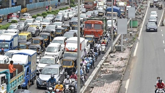 Mumbai, which has around 20% share of the vehicle population of the state, contributed to 35% cases of violations, levying 31% of the fine and recorded 26.4% of the fine collected.(Vijay Bate/HT file photo)