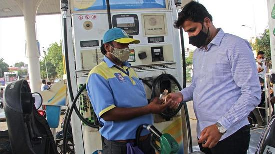 Surging international oil rates and the high domestic tax structure are two key reasons for steep rates of petrol and diesel in Indian cities. (HT Photo)