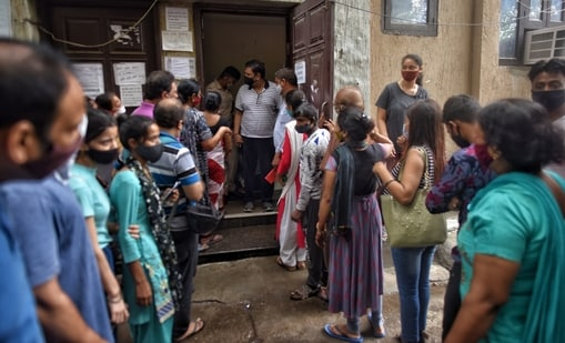 A rush of people looking to get vaccinated against Covid-19 at a vaccination centre in Patel Nagar, New Delhi. (Sanchit Khanna/ Hindustan Times)