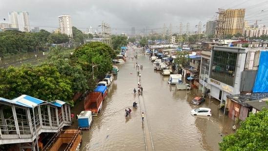Mumbai rains: Waterlogging on LBS Road near Sion station in Mumbai on Sunday morning.(Pratik Chorge / HT PHOTO)