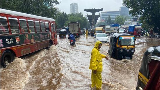 Waterlogging due to heavy rain at Mulund in Mumbai. (Pratik Chorge/HT Photo)