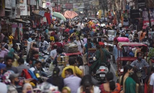 Large crowd of shoppers at Kamla Nagar Market in New Delhi(Sanchit Khanna/ Hindustan Times)