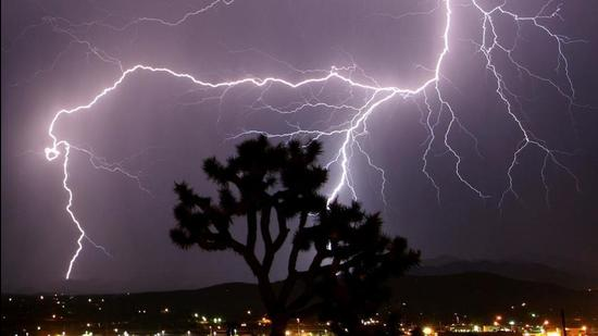 FILE PHOTO: Lightning strikes across the skies of Twentynine Palms in California during a monsoon August 8, 2005. REUTERS/Gene Blevins/File Photo (Reuters)