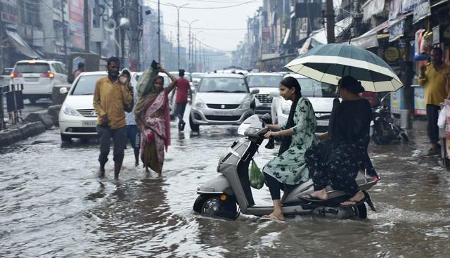 Jalan yang tergenang air mengganggu pergerakan lalu lintas di area Lapangan Ganj di Ludhiana pada hari Selasa.  (Harsimar Pal Singh/HT)