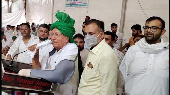 INLD leader Om Prakash Chautala addressing farmers in Bahadurgarh. (HT Photo)