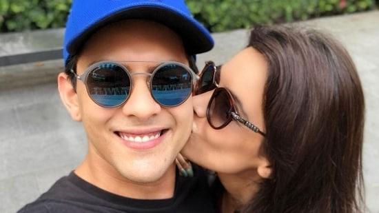 Shweta Agarwal kisses Aditya Narayan.