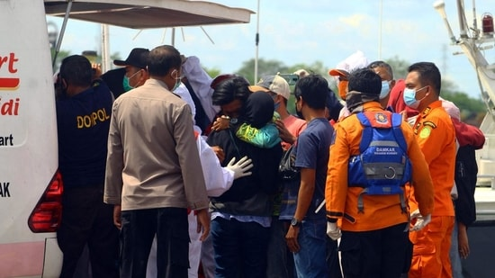Rescuers prepare to head out to search for survivors after a string of boats capsized during a storm that battered Indonesia's section of Borneo island.(AFP)