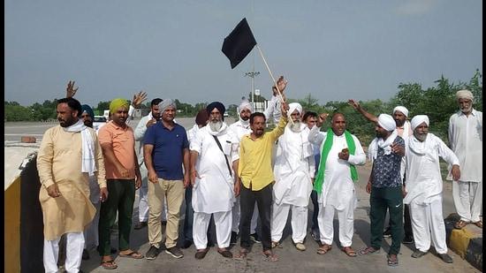 Farmer protesting on Delhi-Dabwali national highway in Sirsa on Wednesday. (Manoj Dhaka/HT)