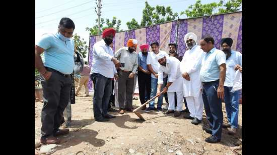 Mayor Amarjit Singh Sidhu performing the groundbreaking ceremony for the building in Mohali on Wednesday. (HT Photo)