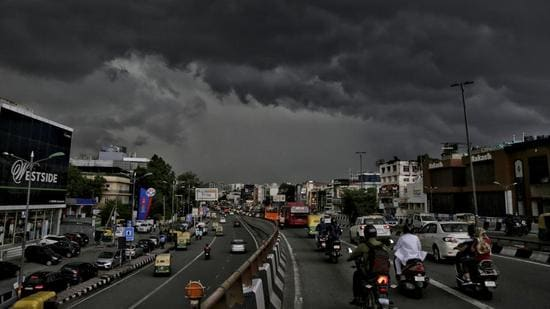 Dark clouds hover over South Extention in New Delhi on Tuesday, July 20. (Sanchit Khanna/ HT photo)
