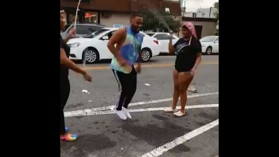 The image shows the man playing double Dutch.(Twitter/@itsjulianking)