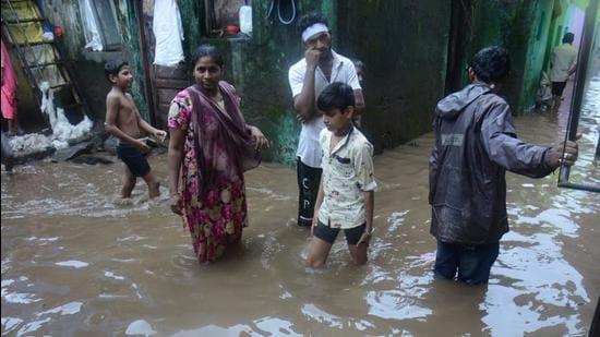 Houses in MHADA colony were flooded as heavy rains saw Kamwari river overflowing in Bhiwandi on Thursday. (Praful Gangurde/HT photo)