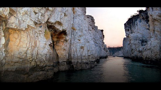 These 100-ft-tall marble cliffs stretch along the Narmada for 8 km, ending in the Dhuandhar Falls in Madhya Pradesh.