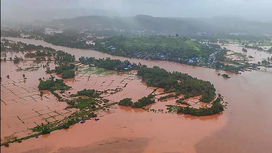 Indian Air Force teams carry out rescue work in flood-hit Chiplun in Ratnagiri district of Maharashtra, following heavy monsoon rain. (PTI)