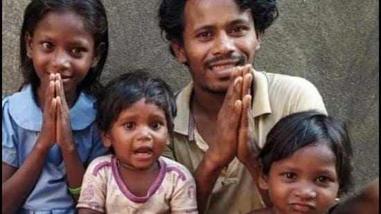 35-year-old Isak Munda with his children. (HT photo)