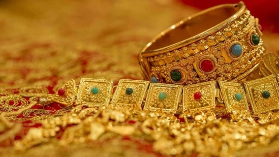 Gold prices remain unchanged, fluctuates in some metros. Check rates here - Hindustan Times