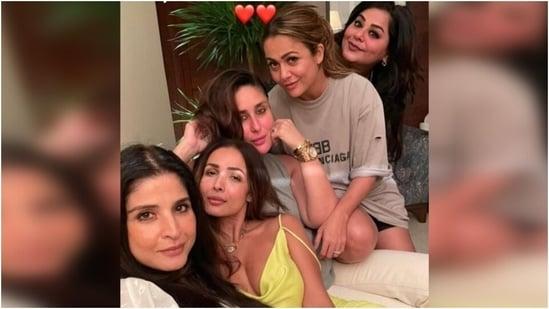 Malaika Arora steals the spotlight in <span class='webrupee'>₹</span>4k slip dress for dinner date with Kareena Kapoor, Amrita Arora(Instagram/@kareenakapoorkhan )