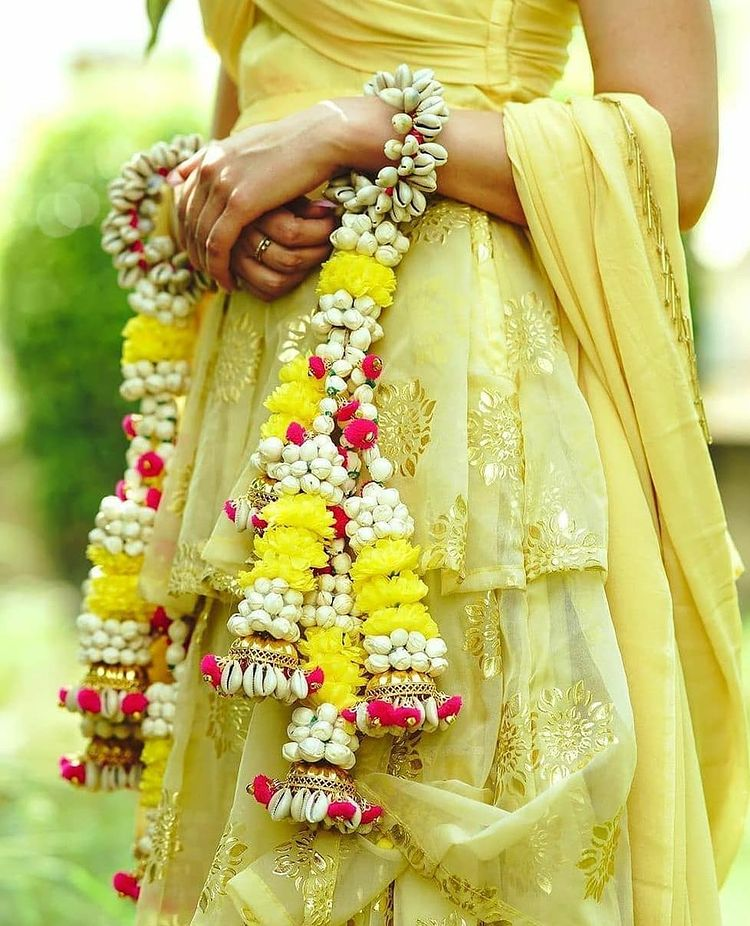 Kaleeras made of real flowers are gaining popularity. One can customise them using rose, jasmine or marigolds