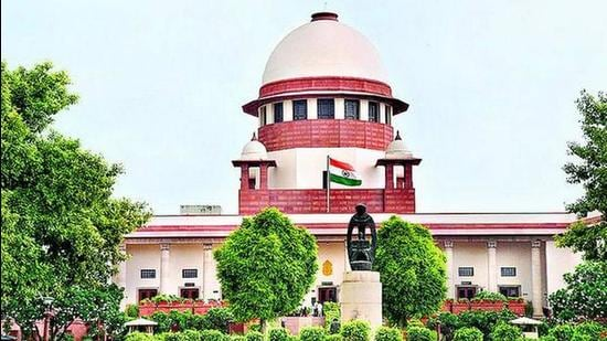 The Supreme Court issued notice on the petition but advised the Kirloskar brothers to sort out their dispute via mediation rather than unnecessarily go on litigating in the trial court (HT Photo)