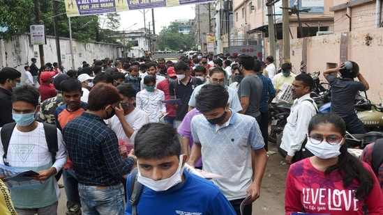Aspirants leave from the examination centre after completing their JEE Main exams, amid the ongoing coronavirus pandemic, in Patna.(PTI File)