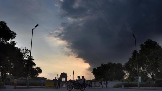 Dark clouds hover over India Gate in New Delhi. (Arvind Yadav/HT PHOTO)