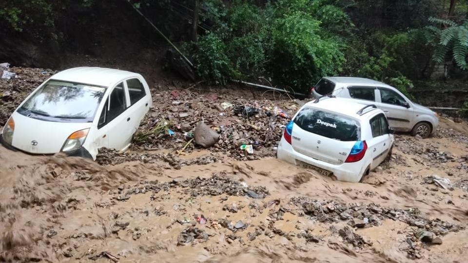 Autos atascados en escombros después de una inundación repentina en la carretera Kullu-Mandi cerca de Hanogi el miércoles (HT Photo)