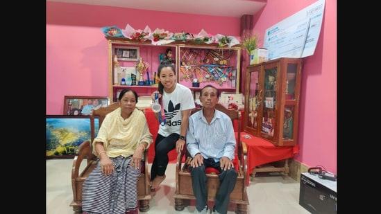 Mirabai Chanu shared this image of her family on Twitter.(Twitter/@mirabai_chanu)