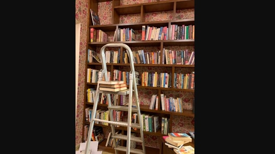 Swara Bhaskar shared an image of her home library on Twitter.(Twitter/@ReallySwara)