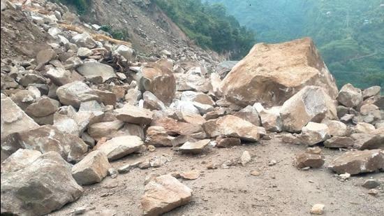 The Chandigarh-Manali national highway blocked near Mandi due to heavy rain on Saturday. (BIRBAL SHARMA/HT)