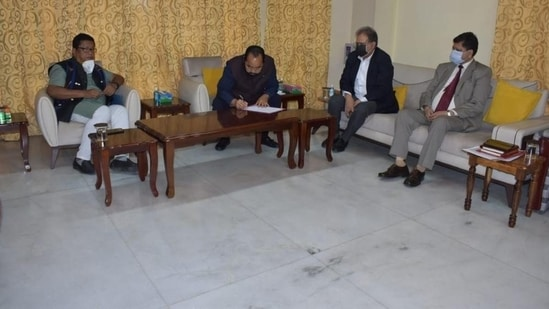 The photo of the meeting between Assam and Nagaland chief secretaries.(Courtesy: Twitter/@himantabiswa)