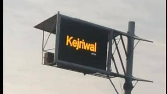 The board that falls in Libra village of Khanna also displayed intermittent messages favouring AAP national convener Arvind Kejriwal. (HT Photo)