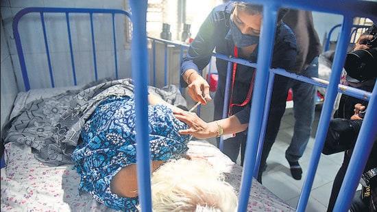 A senior citizen gets inoculated at Dr Niranjan Wagh Old Age Home, Jogeshwari, Mumbai, on Friday. (HT file PHOTO)