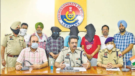 DCP Simratpal Singh Dhindsa sharing details of the arrest at a press conference in Ludhiana on Sunday. (HT Photo)