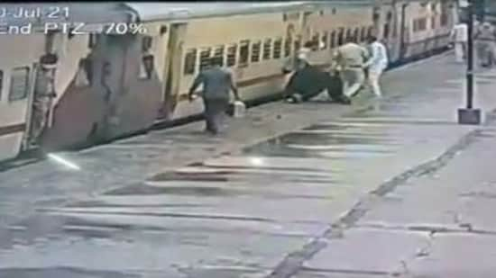 Last month, another RPF constable rescued a man at Lokmanya Tilak Terminus in Mumbai's Kurla, who slipped while trying to board a moving train.(Ministry of Railways/Twitter)