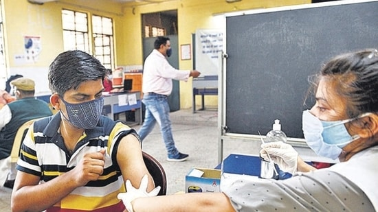 As many as 95,076 beneficiaries were administered vaccine doses in the last 24 hours.(Arvind Yadav/HT file photo)