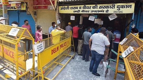 The Delhi government is trying to pave the way for a range of sweeping reforms to boost the city-state's revenue, to crack down on the liquor mafia and improve user experience.(HT File Photo)