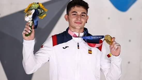 Alberto Gines Lopez of Team Spain poses with the gold medal. (Getty Images)