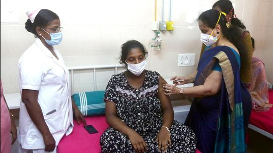 Tamil Nadu, June 16 (ANI): A healthcare worker inoculates a mother of a newborn child with COVID-19 vaccine at a government Children Hospital, in Chennai on Wednesday. (ANI Photo) (ANI)