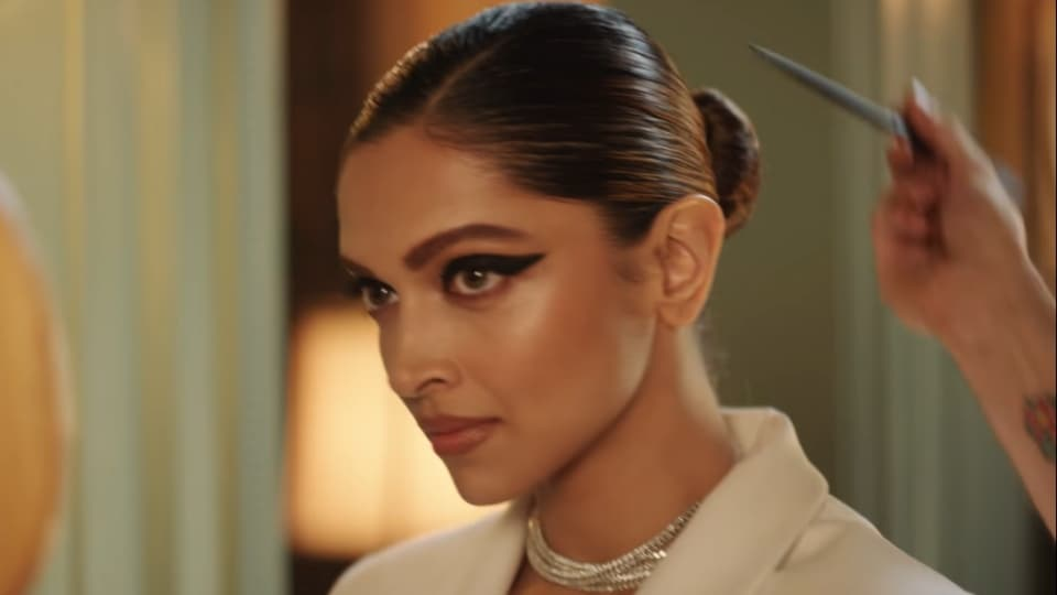 Deepika Padukone highlighted her eyes with bold liner. (YouTube/asianpaints)