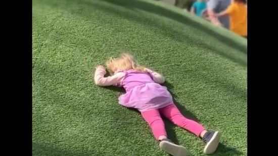 The image shows the little girl lying on the field.(Twitter/@buitengebieden_ · )