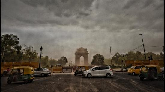 Strong winds in the evening at India Gate in New Delhi. (HT Archive)