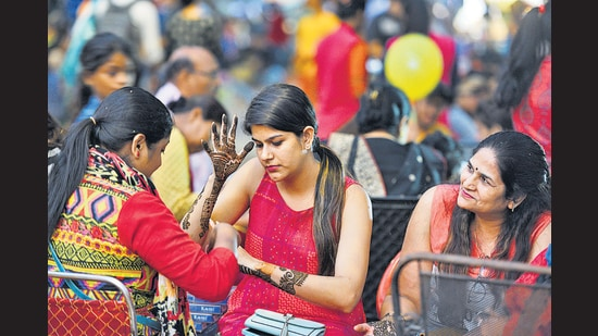 Mehendi artists say people who generally come late evening, to get mehendi applied, won't turn up this time around. (Photo: Raj K Raj/HT (For representational purposes only))