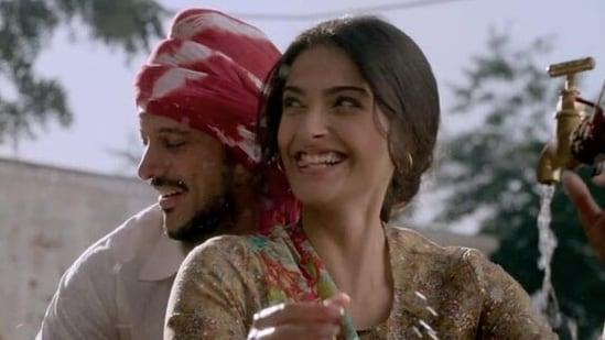 Sonam Kapoor and Farhan Akhtar in Bhaag Milkha Bhaag.