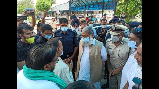 Haryana home minister Anil Vij and Ambala SSP Hamid Akhtar meeting the families of the victims at the civil hospital in Ambala City on Saturday. (HT Photo)
