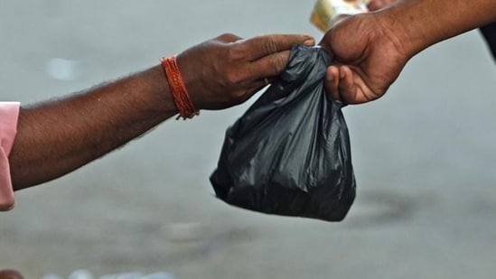 According to the notification the permitted thickness of plastic bags, currently 50 microns, will be increased to 75 microns from September 30 this year, and to 120 microns from December 31, 2022.(HT file photo)