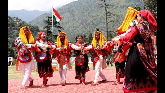 Artistes of the Sutradhar Kala Sangam performing a traditional dance during the Independence Day function in Kullu. (Aqil Khan/HT)