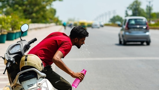 A man washes his face to cope with the heat at Safdarjung flyover, in New Delhi(ANI Photo)