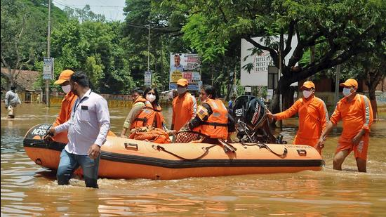 An NDRF team distributes food to the people affected by floods in Sangli. (HT FILE)